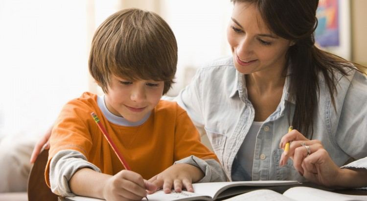 Os pais devem ajudar a criança a fazer dever de casa
