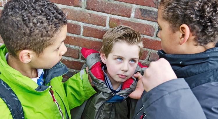 como-agir-quando-um-coleguinha-ameaca-outro-na-escola-brinquedo-pedagogico-em-curitiba-caminha-empilhavel-caminha-de-soninho-caminha-portatil-brinquedo-pedagogico